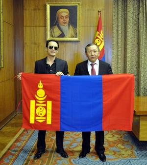 President's Chief of Staff  P.Tsagaan hands state flag to   mountaineer B.Tseveendash
